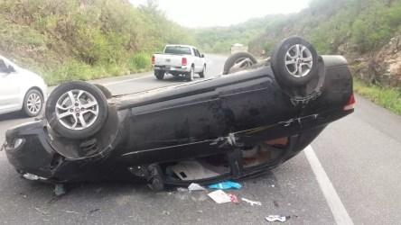 Carro capotou depois de bater em mureta na BR-232, na Serra das Russas, na Zona das Mata de Pernambuco — Foto: Polícia Rodoviária Federal/ Divulgação