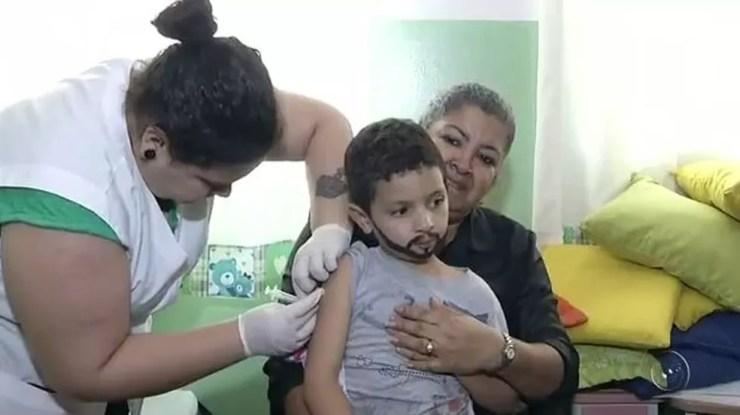 Mutirão de vacinação foi realizado em unidades de ensino de Andradina (SP) (Foto: Reprodução/TV TEM)
