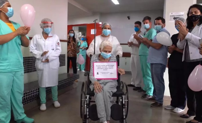 Idosa recebeu o carinho dos profissionais de saúde que cuidaram dela no ES — Foto: Divulgação/ HGL