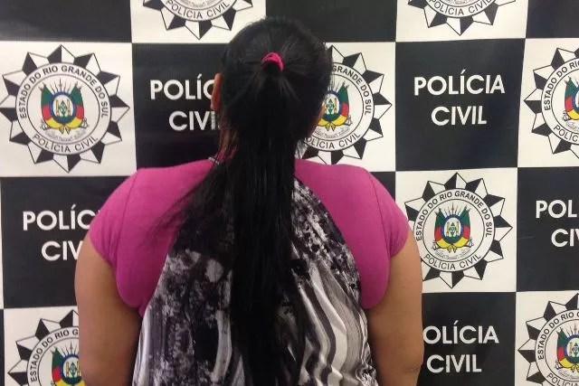 Mulher de 26 anos foi presa em Porto Alegre após internação da filha em coma (Foto: Polícia Civil/Divulgação)
