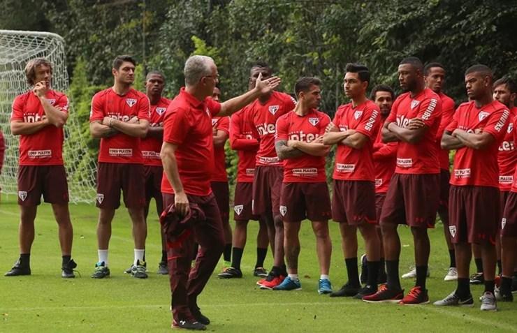 Dorival Júnior conversa com o grupo no primeiro dia de São Paulo (Foto: Rubens Chiri / saopaulofc.net)