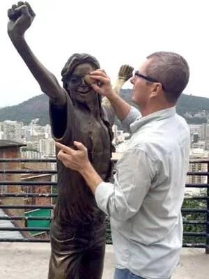 Ique vê como poderá restaurar a escultura de Michael Jackson, no Morro Santa Marta (Foto: Ique/ Arquivo Pessoal)