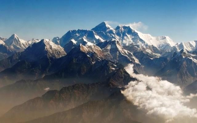 Monte Everest, na cordilheira do Himalaia, visto a partir do Nepal — Foto: Tim Chong/Arquivo/Reuters