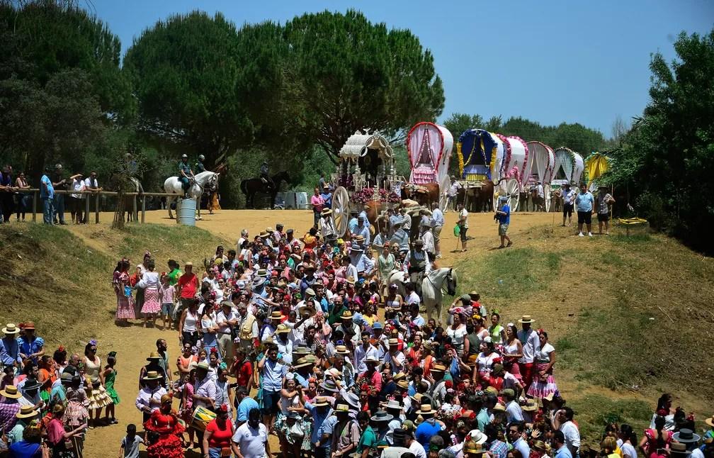 1º de junho - Peregrinos caminham momentos antes de atravessar o rio Quema durante a peregrinação anual de El Rocio em Villamanrique, perto de Sevilha, na Espanha. Esta é a maior peregrinação do país, reunindo centenas de milhares de devotos  (Foto: Cristina Quicler/AFP)