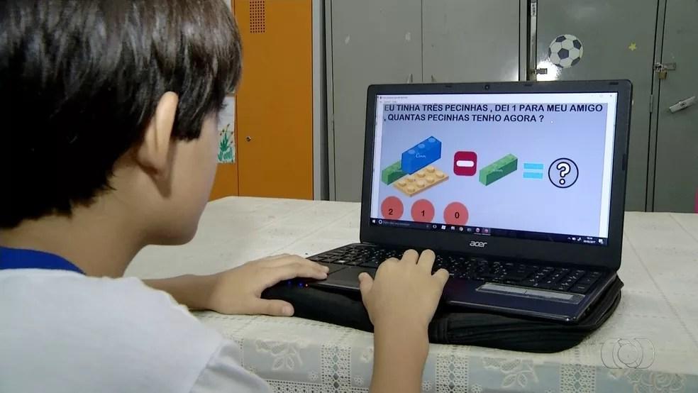 Menino de 10 anos cria aplicativo para ajudar as crianças na escola (Foto: Reprodução/TV Anhanguera)
