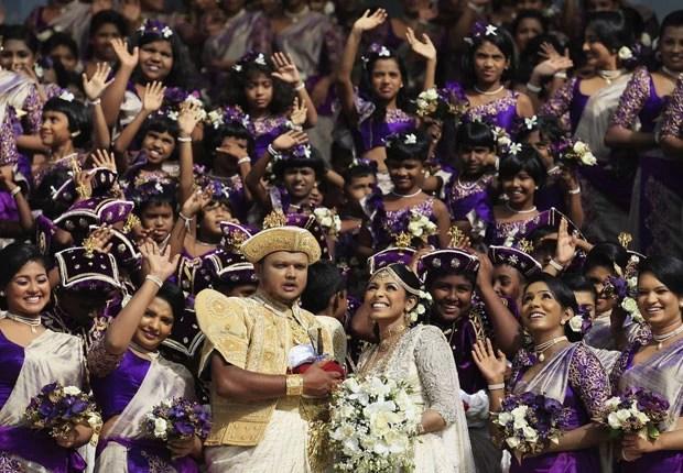 Casal Nisansala e Nalin contou com 126 madrinhas durante o casamento (Foto: Dinuka Liyanawatte/Reuters)