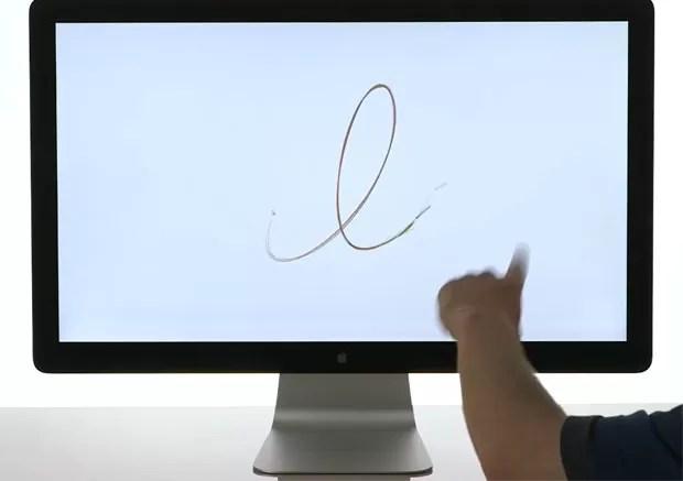 Usuário move o dedo na frente da tela, sem tocar nela, para poder desenhar (Foto: Divulgação)