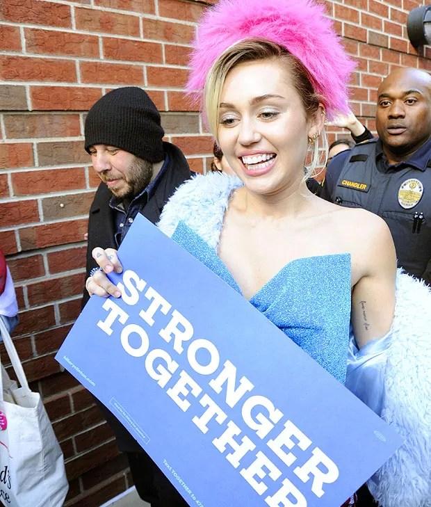 Miley Cyrus faz campanha para Hilary Clinton em universidade americana na Virginia (Foto: The Grosby Group)