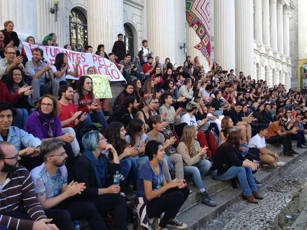 Manifestante na praça Santos Andrade, em Curitiba, protestam contra Michel Temer (Foto: Andressa Almeida / RPC)
