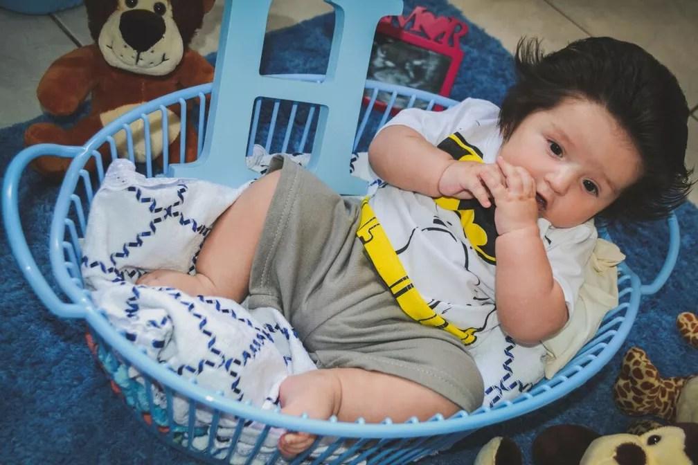 Com objetos e brinquedos, a família tirou as fotos em um cômodo em casa (Foto: Larissa Camargo/Arquivo pessoal)