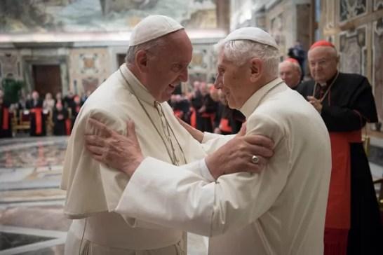 Papa Francisco (esq) com seu antecessor no cargo, Bento 16 (Foto: L'Osservatore Romano/AP)