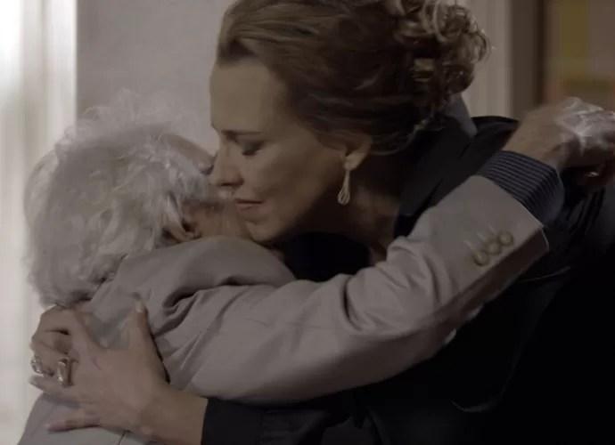 Emília dá um abraço carinhoso no pai (Foto: TV Globo)