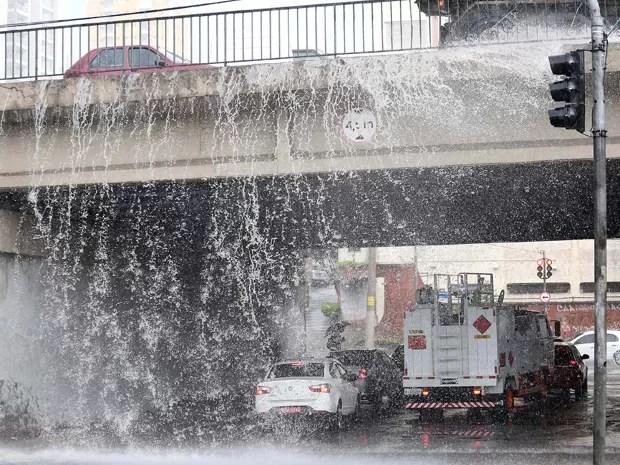 Queda de água causada pela chuva na região da Avenida Rubem Berta, na zona sul de São Paulo (SP), próximo ao viaduto com a AACD, nesta quarta-feira (26). (Foto: Renato S. Cerqueira/Futura Press/Estadão Conteúdo)