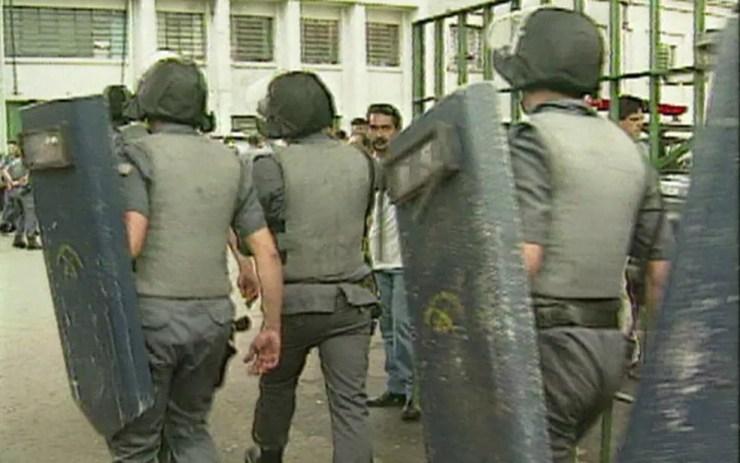 Policiais militares entram armados no Carandiru em 1992 — Foto: Reprodução/Arquivo/GloboNews
