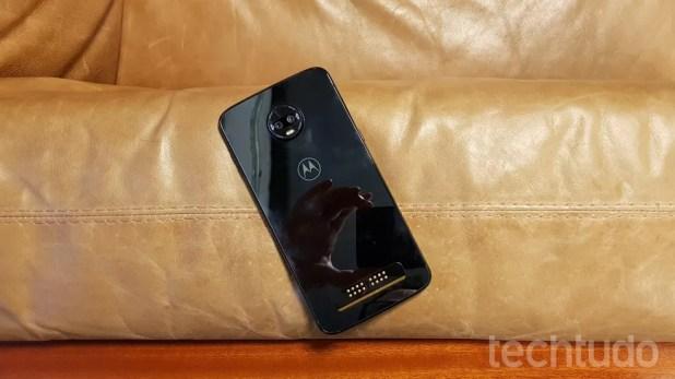 Contatos metálicos permitem conectar o Z3 Play a acessórios da linha Moto Snap (Foto: Thássius Veloso / TechTudo)