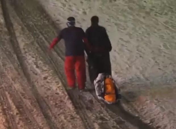 Amigos deram ajuda 'delicada' a colega embriagado e o arrastaram em segurança até a casa na Áustria (Foto: Reprodução/YouTube/Sofilux)