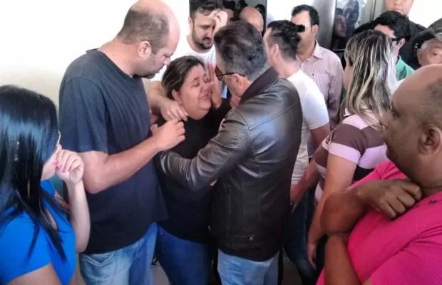 Irmã de Cristiano Araújo chora a morte do cantor Goiás Goiânia (Foto: Sílvio Túlio/G1)