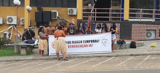 Indígenas fazem protesto na frente de praça de Ji-Paraná (RO), às 9h04, neste sábado, 19 — Foto: Gedeon Miranda/Rede Amazônica