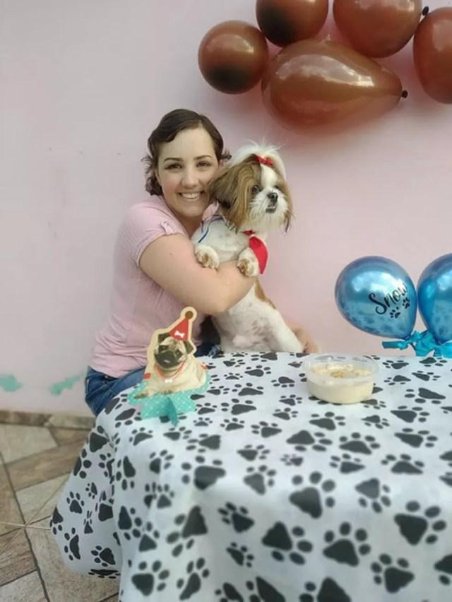 Adarlele de Lara ao lado do cãozinho Snow — Foto: Arquivo pessoal