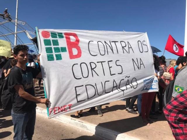 Manifestantes protestam em Brasília contra bloqueio de verbas na educação — Foto: Luiza Garonce/G1