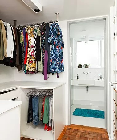 Um pequeno closet dá conta de acomodar as roupas e os sapatos. Ele está ligado ao banheiro, que só existe graças à diminuição da área de serviço. Apartamento do arquiteto Vinícius Mazzoni (Foto: Lufe Gomes )