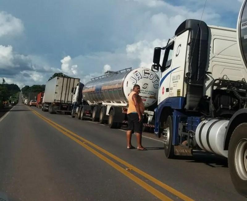 Fila de automóveis se forma após grave acidente na BR-010. Trânsito está interditado (Foto: Ascom/PRF)