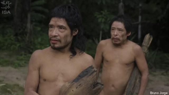 """Tamandua e Baita, sobreviventes do povo Piripkura, em cena do documentário """"Piripkura""""  — Foto: Bruno Jorge/Instituto Socioambiental (ISA)"""