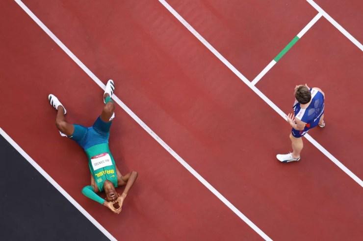 Alison dos Santos vai ao chão para comemorar bronze nas Olimpíadas — Foto: Richard Heathcote/Getty Images