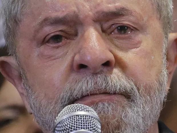 O ex-presidente Luiz Inácio Lula da Silva chora durante entrevista coletiva sobre a denúncia do Ministério Público Federal contra ele e sua esposa Marisa Letícia por crimes de corrupção, em um hotel no centro de São Paulo (Foto: Nelson Antoine/FramePhoto/Estadão Conteúdo)