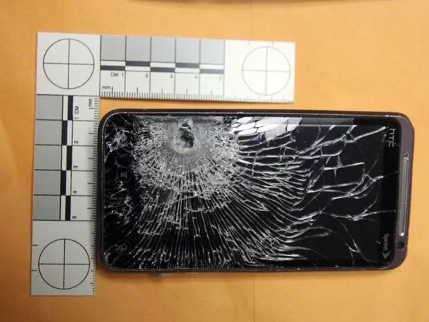Funcionário contou que não havia percebido que a bala tinha atingido seu celular (Foto: Winter Garden Police Department/AP)