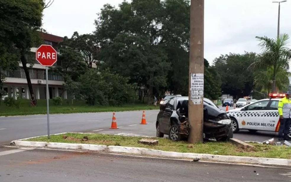 Carro conduzido por motorista sem habilitação e com sinais de embriaguez atinge poste na 606 Norte, em Brasília (Foto: Polícia Militar/Divulgação)