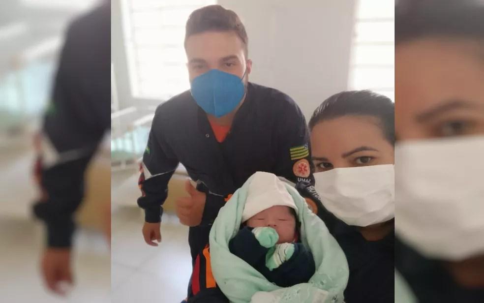Equipe do Samu com o bebê, em Pontalina, Goiás — Foto: Divulgação/Arquivo Pessoal