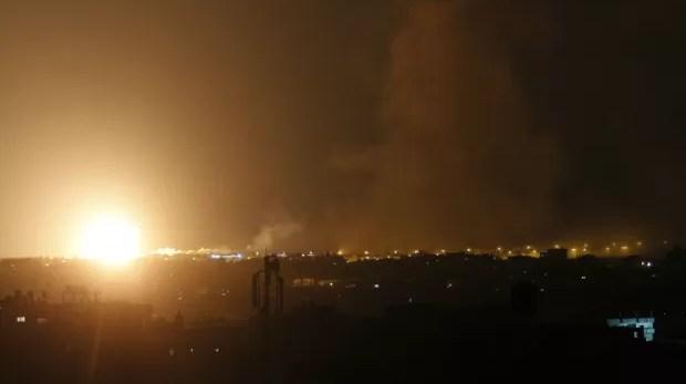 Fumaça e clarão são vistos após ataque aéreo israelense em Rafah, no sul da Faixa de Gaza, na madrugada deste sábado (9) (Foto: SAID KHATIB/AFP)
