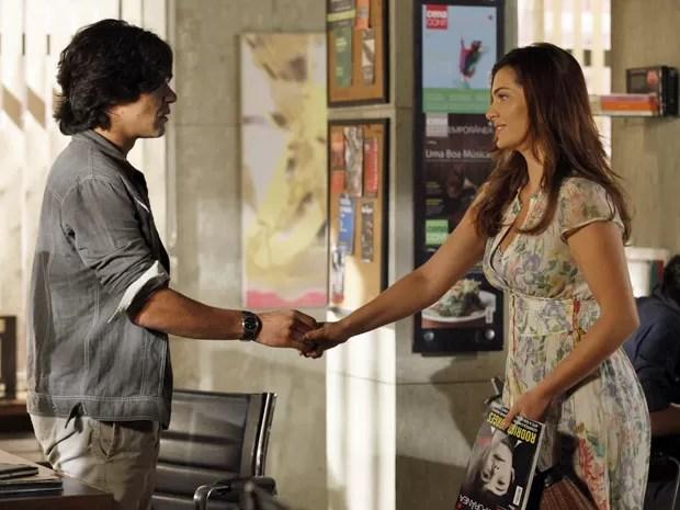 Pedro é pego de surpresa pela chegada de Elisa (Foto: Amor Eterno Amor/TV Globo)