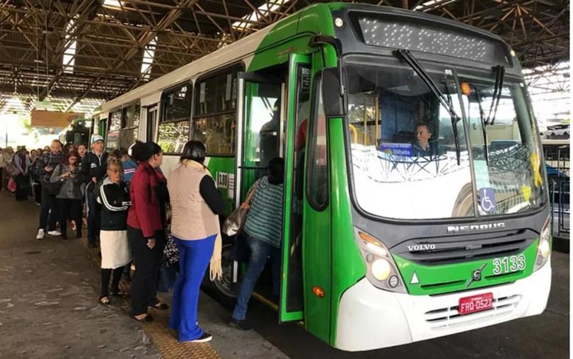 Passageiros enfrentam fila para entrar no ônibus em Campinas (Foto: Johnny Insesperger/EPTV)
