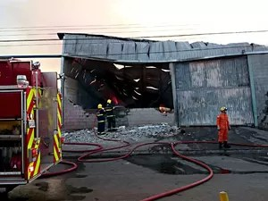 Bombeiros trabalham durante incêndio em galpões em Taguatinga (Foto: Ricardo Moreira/G1)