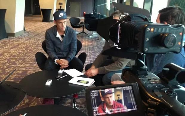Neymar dá entrevista à imprensa alemã em Londres (Foto: Reprodução/Twitter)