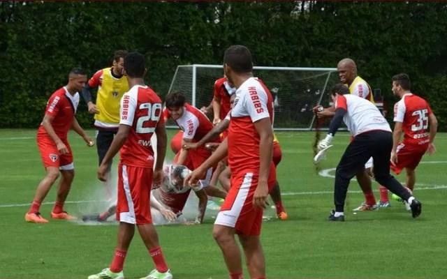 Luis Fabiano toma ovada em treino do São Paulo (Foto: Divulgação/saopaulofc.net)