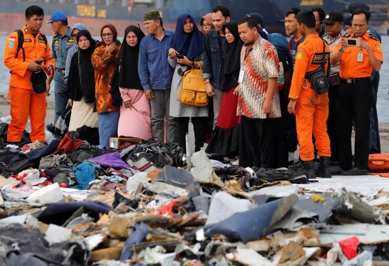 Famílias dos passageiros observam destroços do avião da Lion Air que caiu na Indonésia, em 31 de outubro — Foto: Beawiharta/ Reuters
