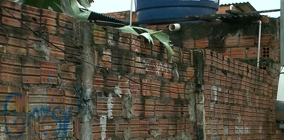Muro que o Policial se apoiou e onde a arma disparou (Foto: Reprodução/TV Mirante)