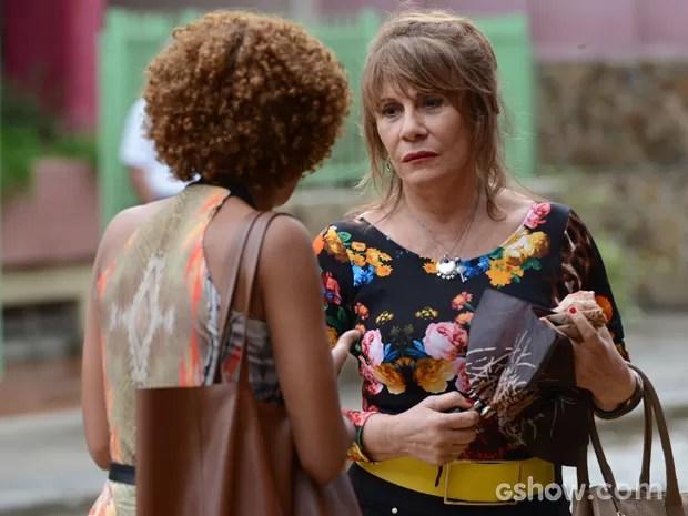 Glaúcia se recusa a falar sobre o filho para perfil da jornalista (Foto: Raphael Dias/TV Globo)