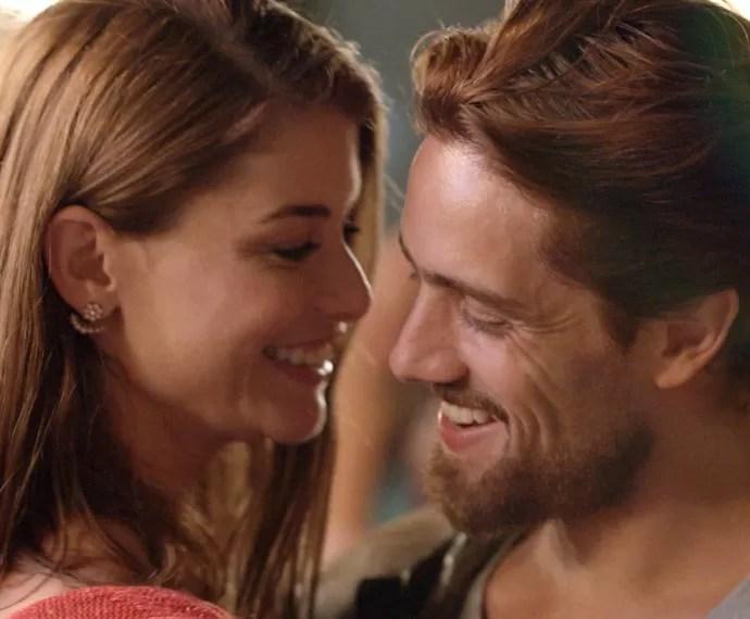 Lívia e Felipe dançam juntos (Foto: TV Globo)