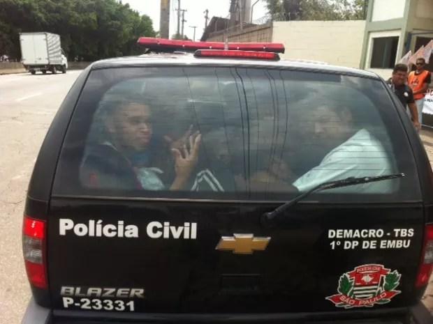 Carro com presos é impedido de entrar no CDP Pinheiros (Foto: Kleber Tomaz)