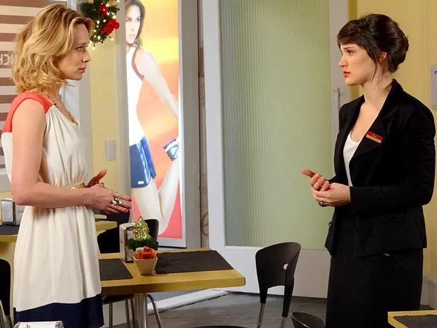 Carolina faz a amiga e conta a ela sobre o caso de Vânia e Felipe (Foto: Guerra dos Sexos / TV Globo)