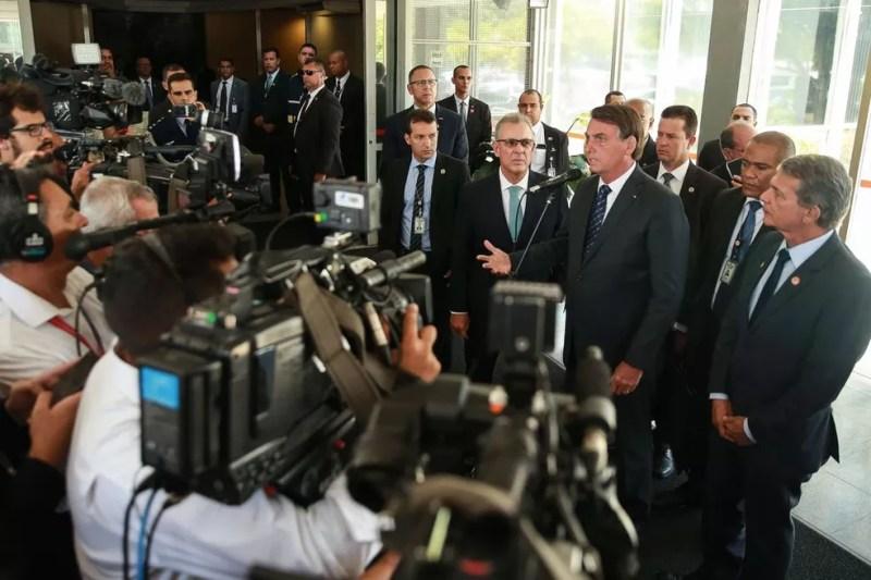 O presidente Jair Bolsonaro deu entrevista no Ministério de Minas e Energia, após reunião com o ministro Bento Albuquerque — Foto: José Cruz/Agência Brasil