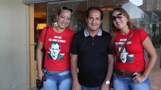 Muricy Ramalho com duas torcedoras (Foto: Rubens Chiri / saopaulofc.net)