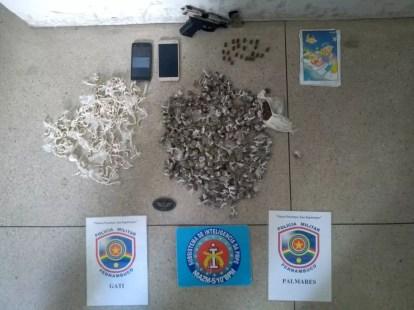 Porções de crack e maconha foram encontradas com os suspeitos — Foto: PM/Divulgação