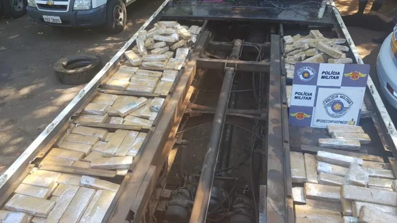 Maconha estava escondida em fundo falso de caminhão guincho — Foto: Divulgação/Polícia Rodoviária
