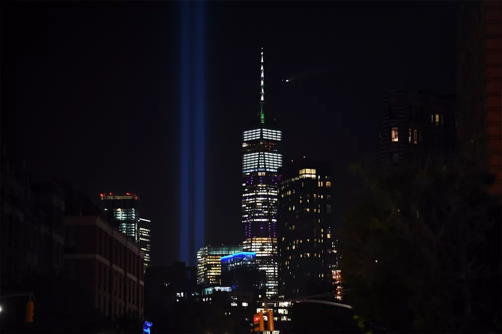 'Tribulo em Luz' corta o céu de Manhattan homenageando as vítimas dos atentados de 11 de Setembro na noite de terça-feira (10), véspera dos 18 anos dos ataques — Foto: Johannes Eisele/AFP