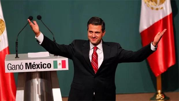 Candidato Enrique Pena Nieto acena para os apoiadores após aparecer em 1º lugar nas contagens prévias de votos neste domingo (2) (Foto: Reuters)